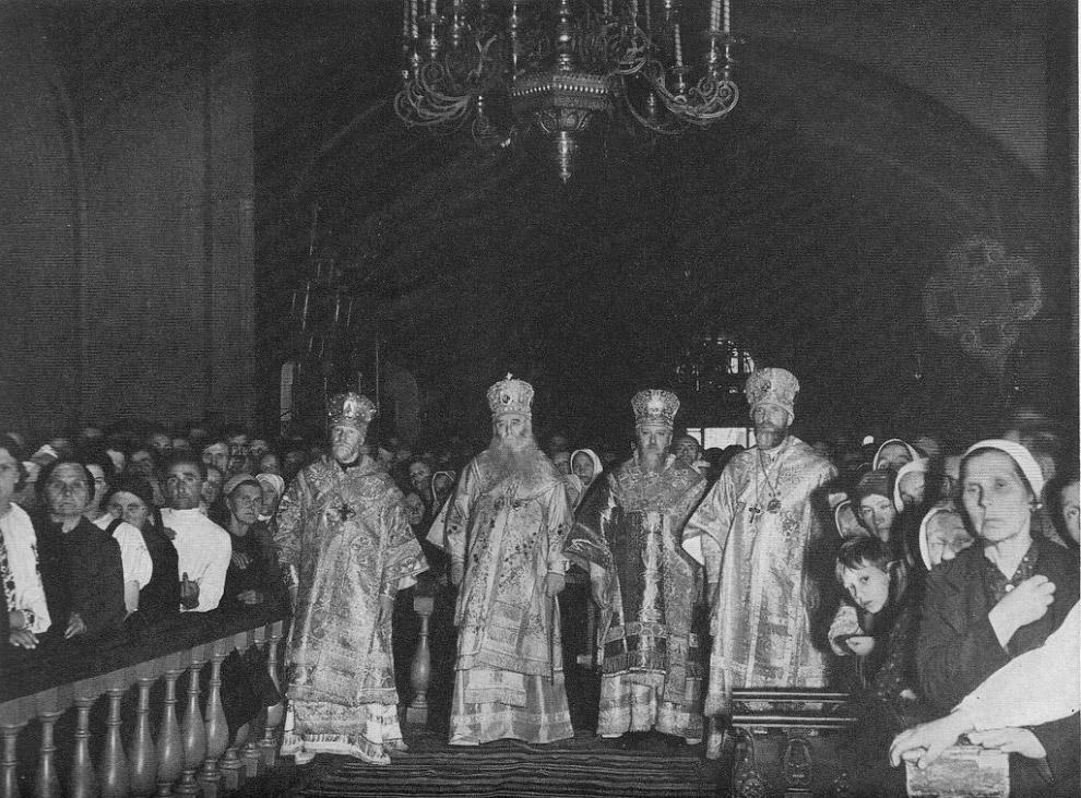 Епископы перед алтарем в Богоявленском соборе