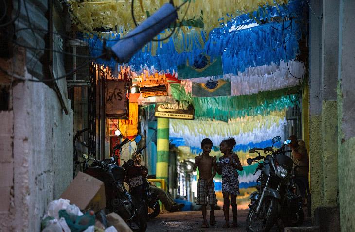 Украшенная улица в трущобном квартале в Рио-де-Жанейро
