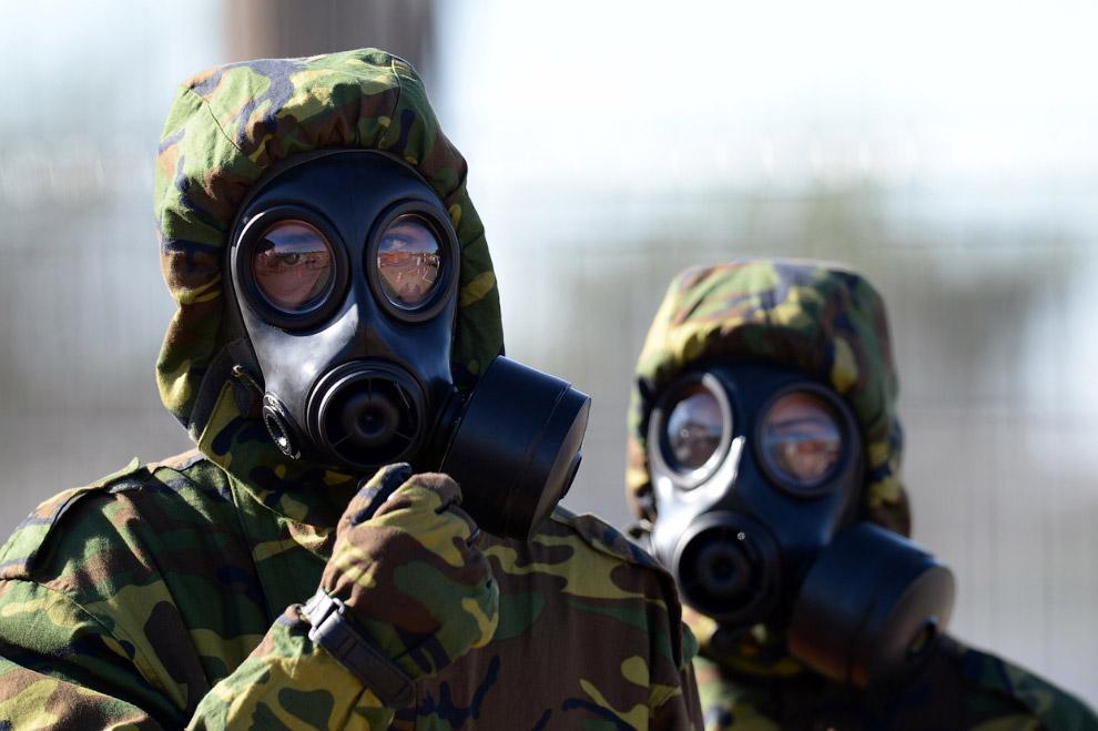 Бразильские солдаты отрабатывают ситуацию взрыва радиоактивного устройства