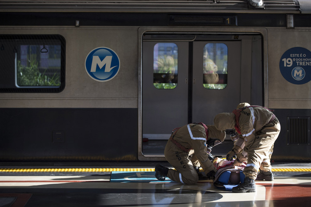 Тренировка спасателей в метро, отрабатывают ситуацию с химической атакой