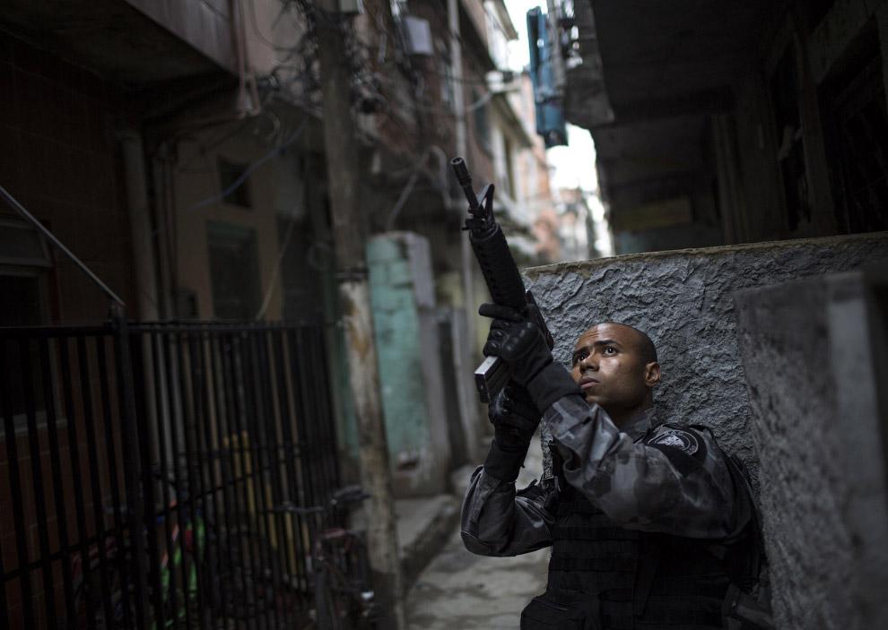 Полицейский в трущобах в Рио-де-Жанейро