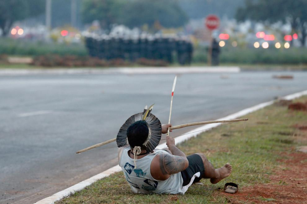 Экстравагантный протестующий с луком и стрелой