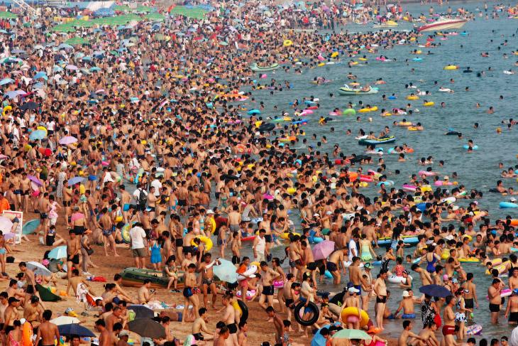 Столпотворение на пляже в Циндао.