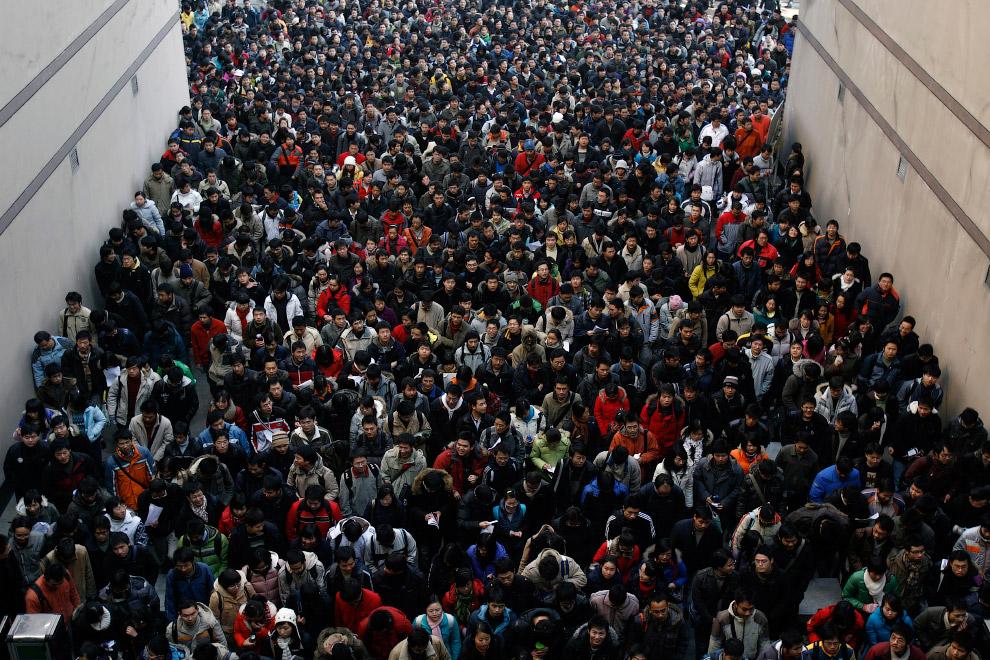 Абитуриенты идут на вступительные экзамены университет в городе Ухань