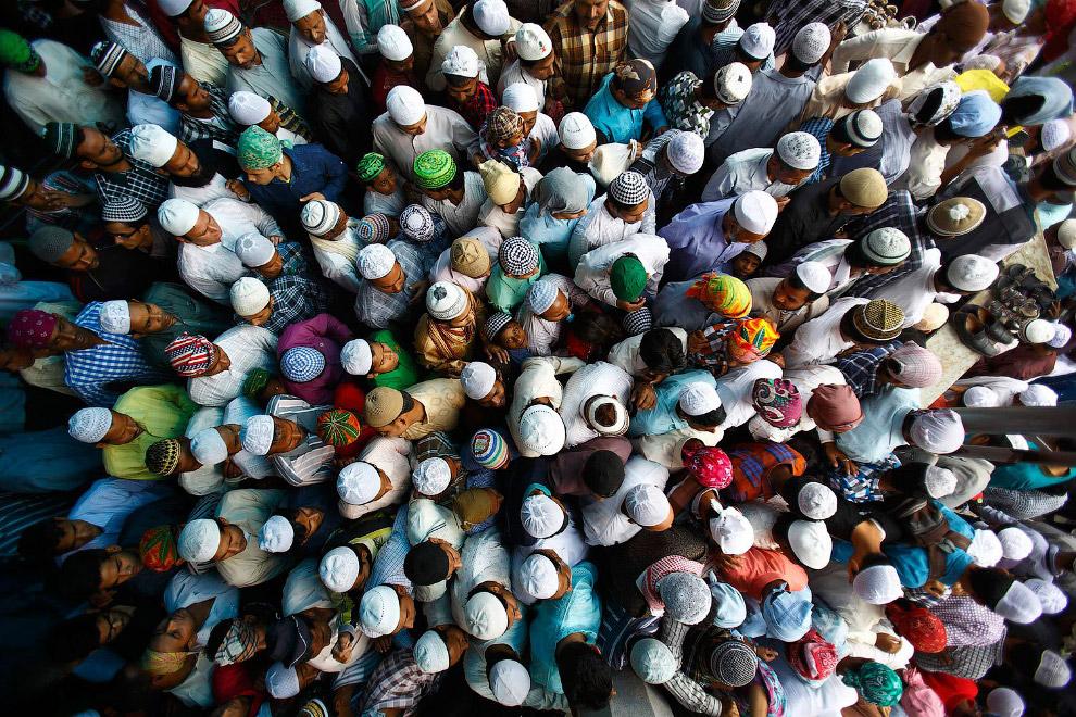 Непальцы в мечети в Катманду