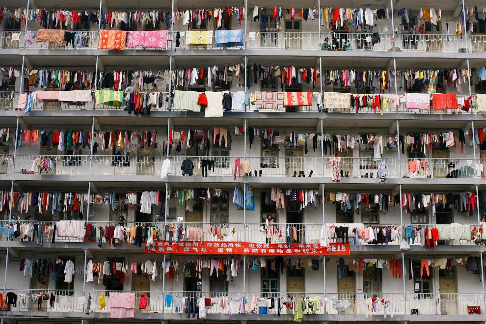 Сушка белья в студенческом общежитие в колледже в городе Ухань, Китай