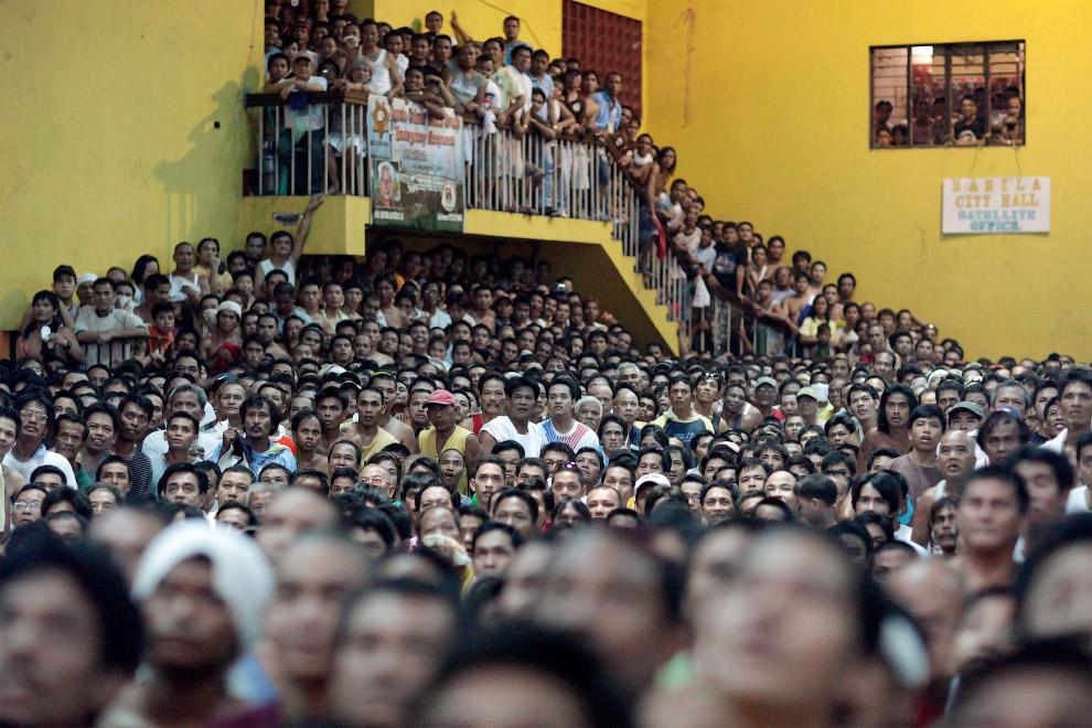 Зрители спортивного поединка на Филиппинах
