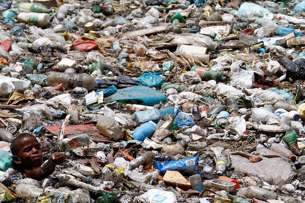 9-летний Пауло Энрике Фелик собирает материалы в мусоре, пригодные для вторичной переработки