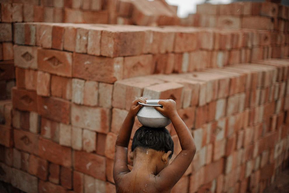 Маленький работник кирпичного завода в  Пакистане