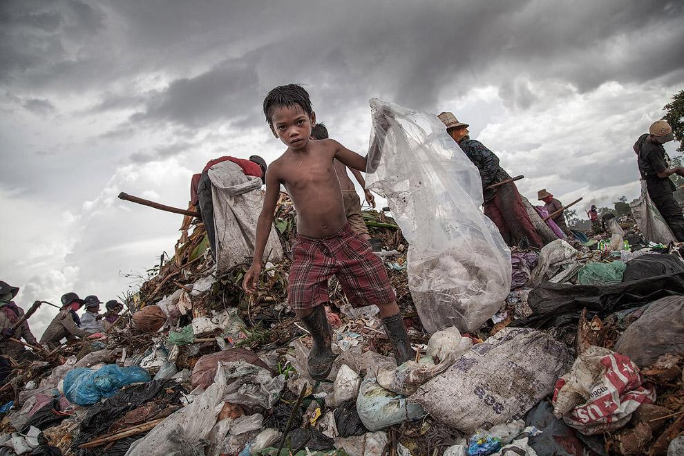 Работа на свалке в Камбодже