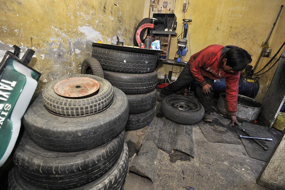 Работник шиномонтажки в Боливии