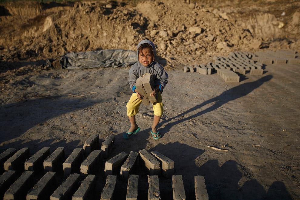Работник кирпичного завода на окраине Герата, Афганистан