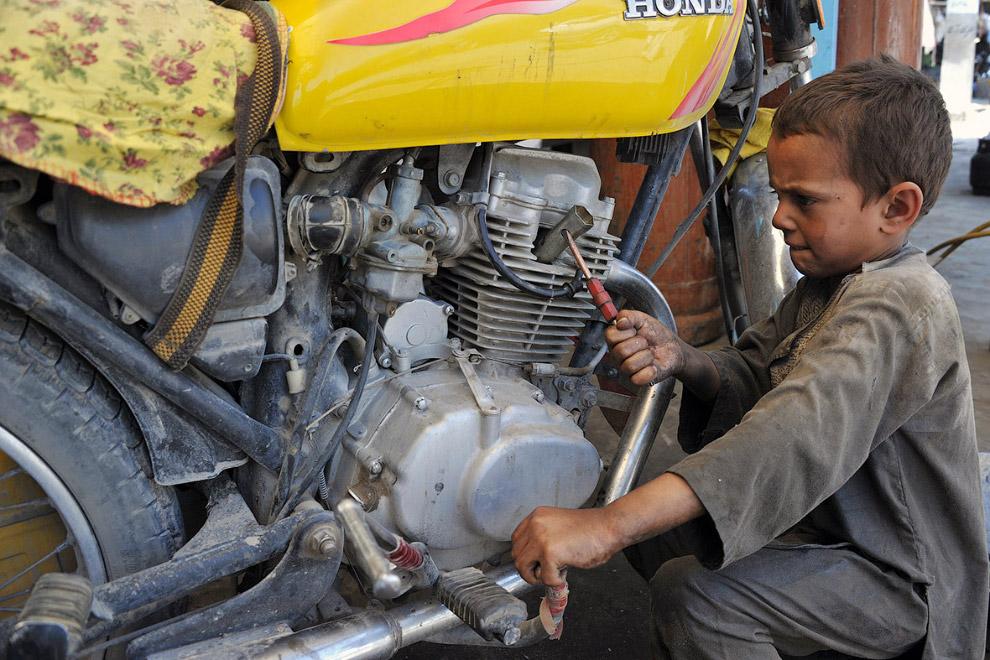Механик в автомастерской, Афганистан