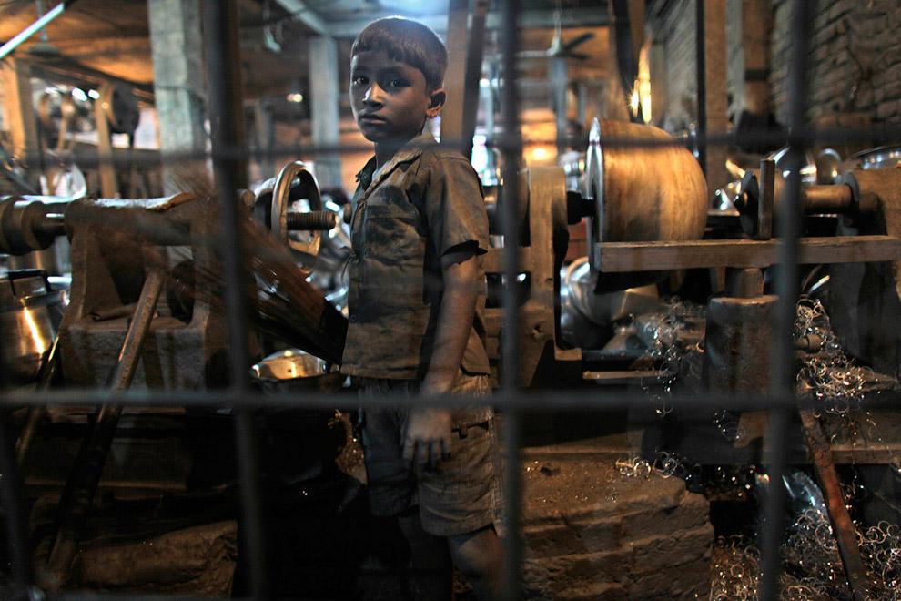 12-летний работник на алюминиевом заводе в Дакке, Бангладеш