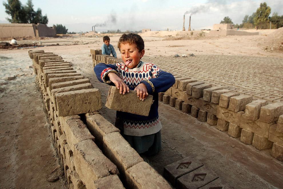 7-летний работник на кирпичном заводе в Джалал-Абаде, Афганистан