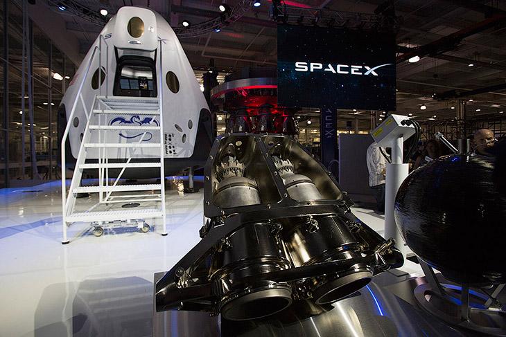 A espaçonave Dragão V2 e motores