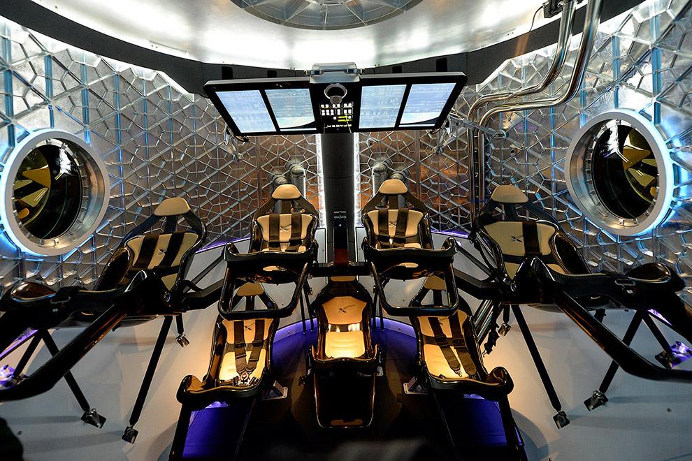 Кабина космического корабля Dragon V2