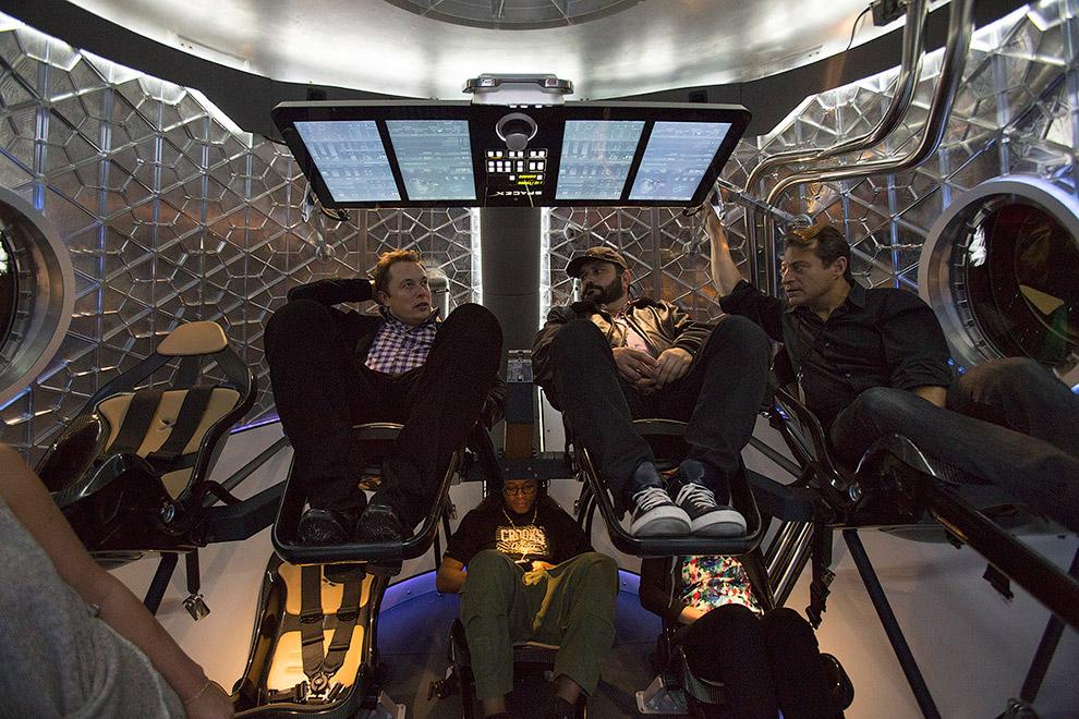 Espera-se que o primeiro vôo de teste de uma nave espacial tripulada Dragão V2 será realizado em 2015