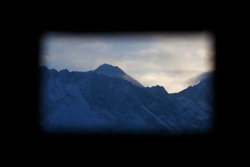 Гора Эверест, вид из окна монастыря в Тенгбоче