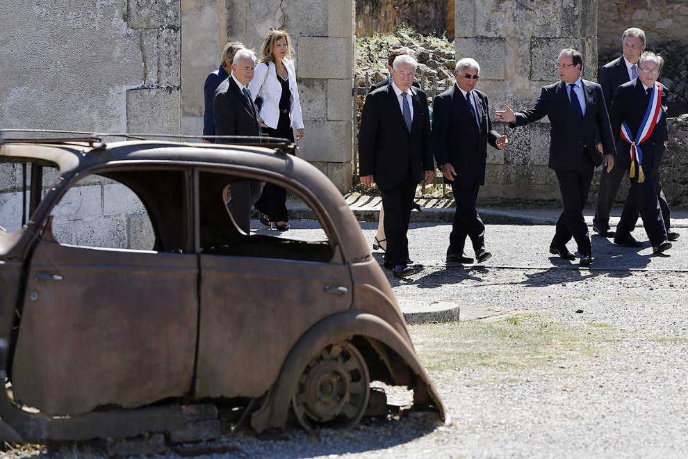 Президент Германии Йоахим Гаук, 88-летний выживший в те годы Robert Hébras и президент Франции Франсуа Олланд