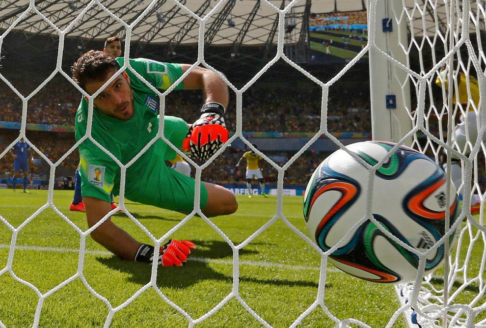 Вратарь Греции пропускает гол в свои ворота