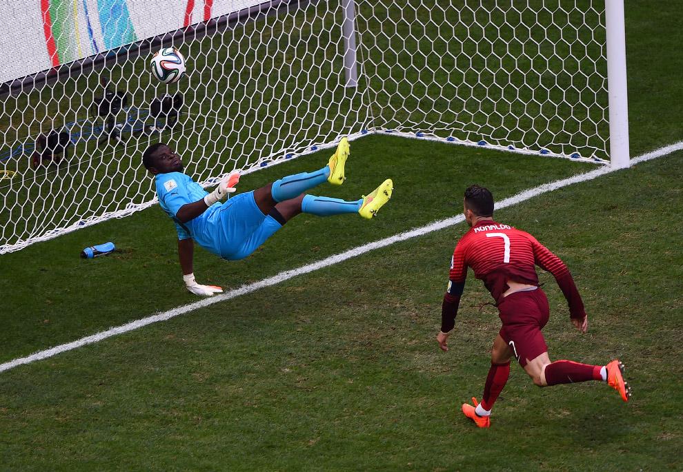 Криштиану Роналду из Португалии забивает гол в ворота Ганы