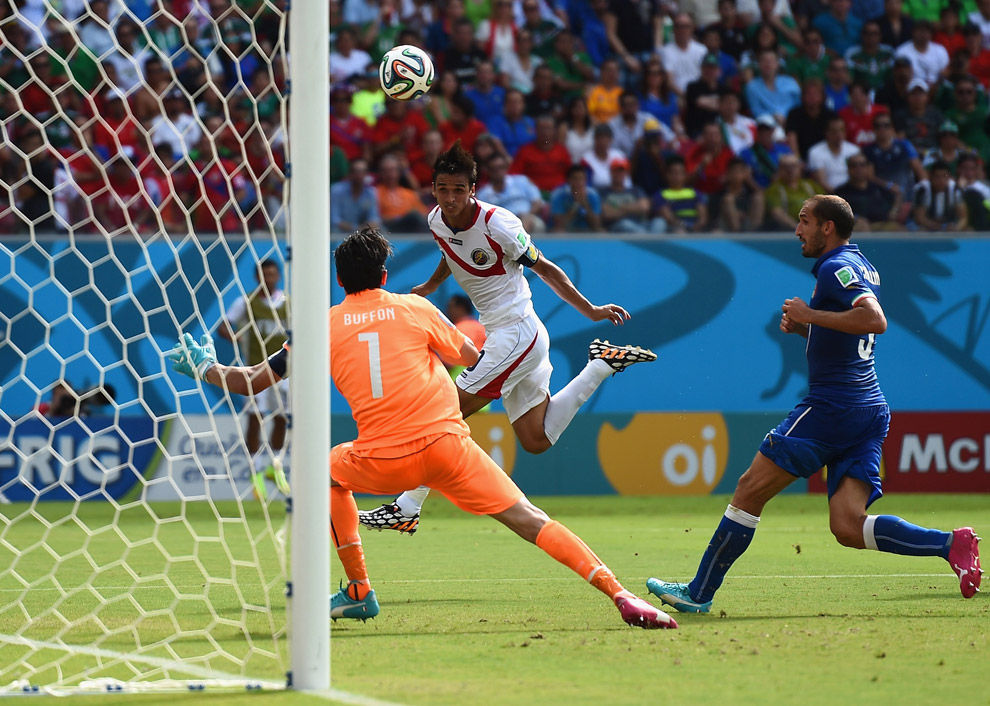 Футболист Брайан Руис из Коста-Рики забивает головой Италии