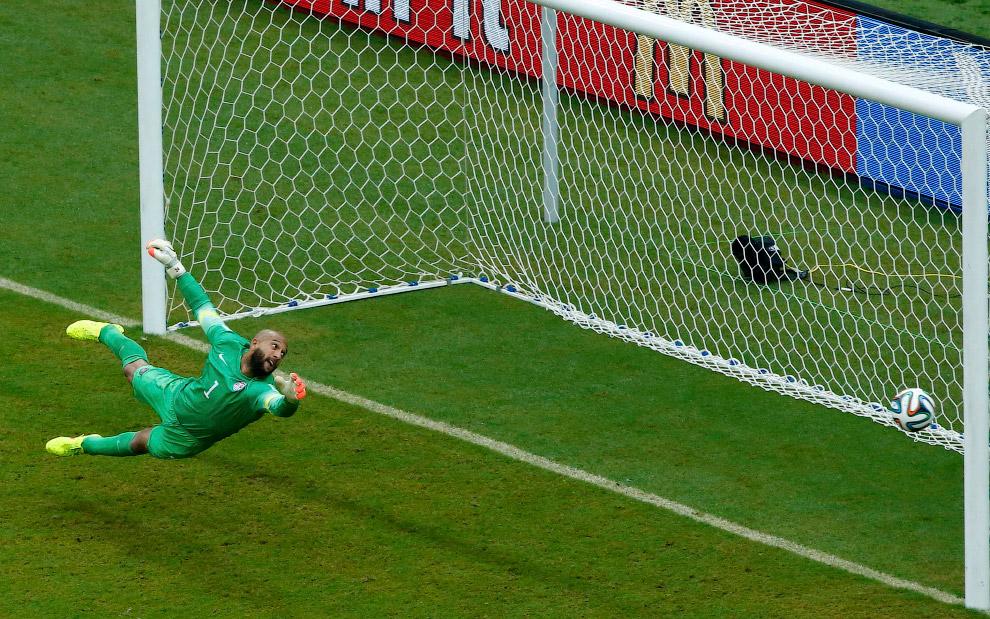Футболист сборной Германии Томас Мюллер забивает красивый гол в ворота США