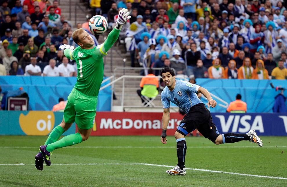 Вратарь сборной Англии Джо Харт пропускает гол от Уругвая