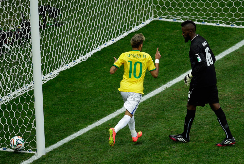 Бразилец Неймар забивает гол стильному вратарю Камеруна