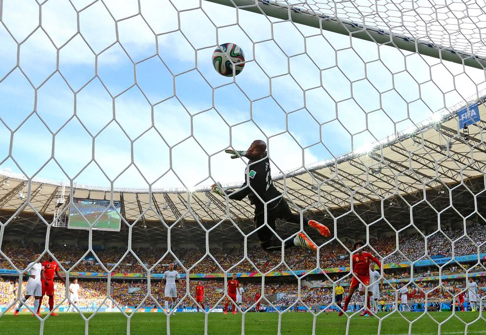 Сборная Бельгии забивает гол Алжиру