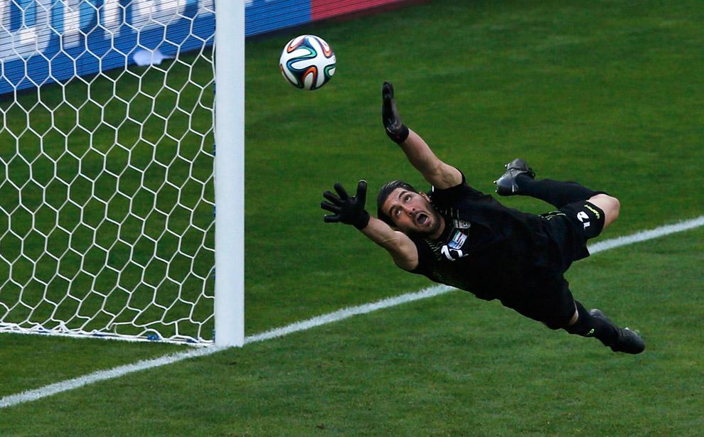 Вратарь Ирана отчаянно пытается поймать мяч, забитый в ворота нападающим Аргентины Лионелем Месси