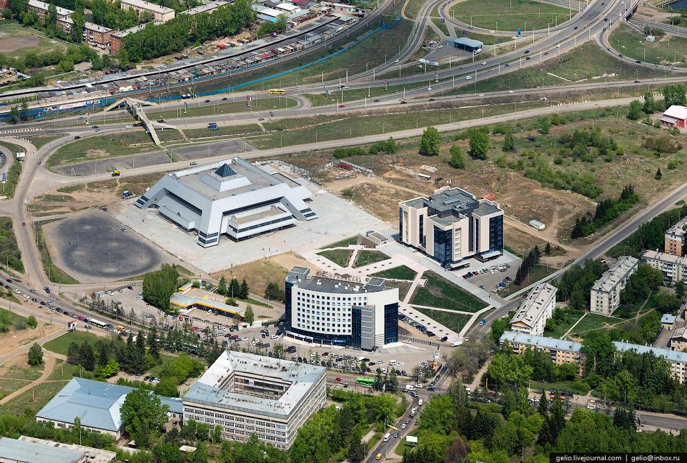 Ледовый дворец, БЦ «Академический» и библиотека имени Молчанова-Сибирского