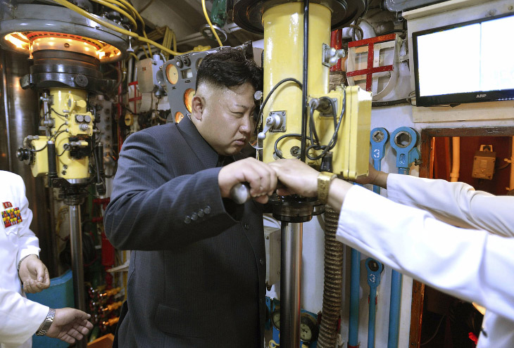 Ким Чен Ын на подводной лодке, смотрит в перископ