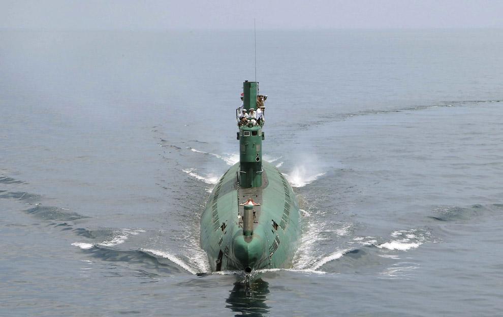 Подводная лодка и Ким Чен Ын с моряками наверху