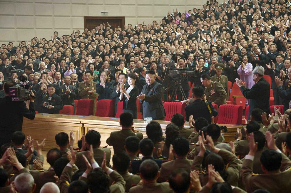 Дома культуры в Пхеньяне рукоплескает северокорейскому лидеру Ким Чен Ыну и его жене Ли Соль Чжу