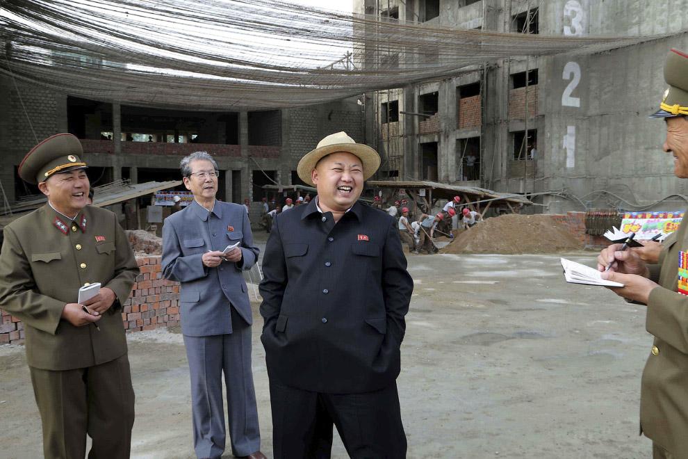 Ким Чен Ын на строительной площадке