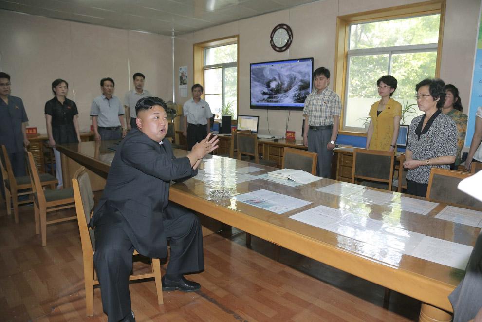 Ким Чен Ын учит работников гидрометеорологической службы в Пхеньяне