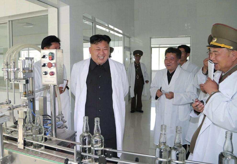 Раздача указаний на ликеро-водочном в Пхеньяне