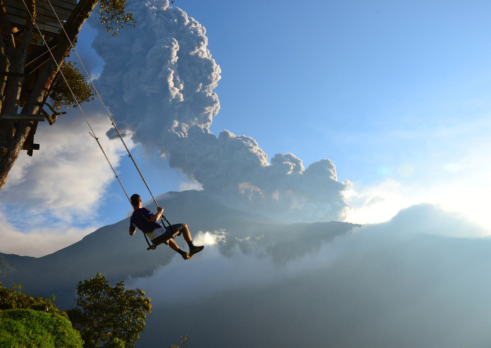 Качели в Баньосе, Эквадор с видом на извержение Тунгурауа