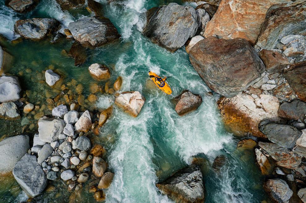 Байдарочник на реке Рейс в Швейцарии