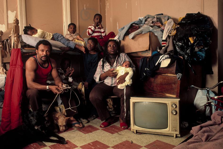 Афроамериканская семья в своей квартире в районе Бедфорд-Стейвесант, Бруклин