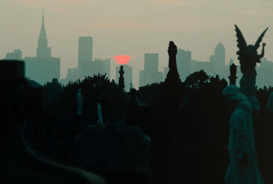 Вид на Манхеттен с кладбища в Куинсе