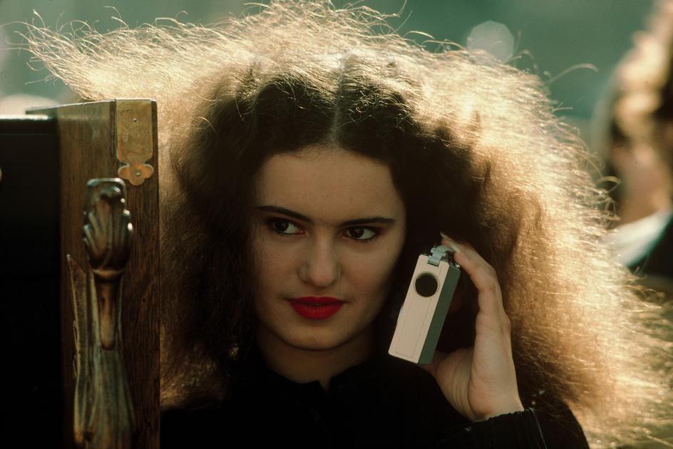 Девушка слушает радиоприемник в Вашингтон-сквер парке