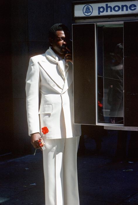 Мужчина в телефонной будке на Пятой авеню