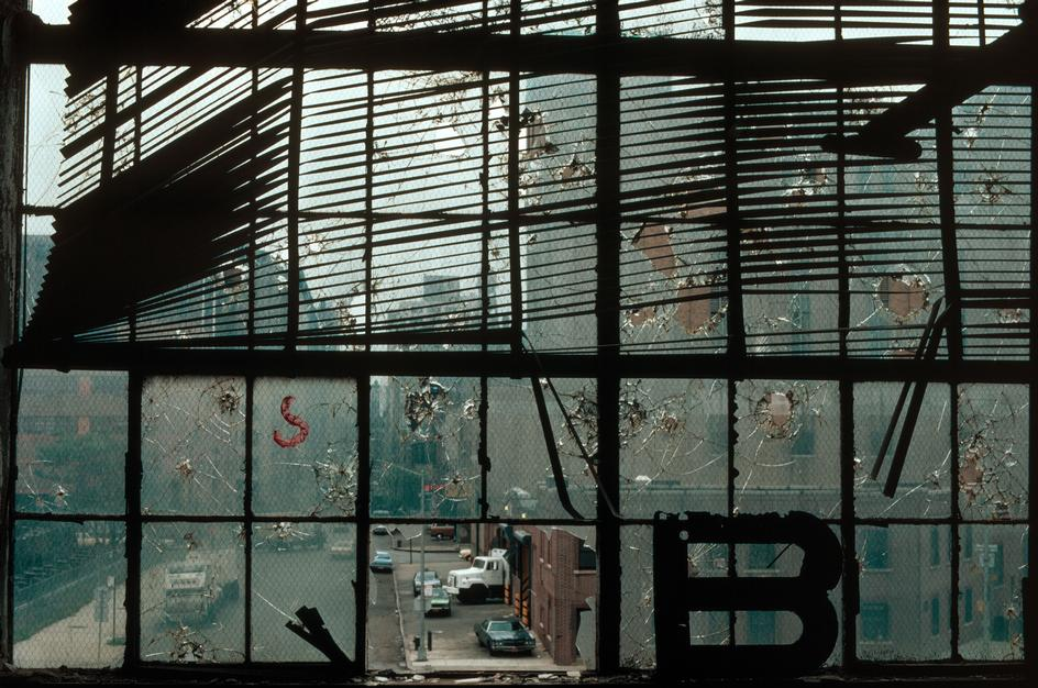 Разбитое окно одного из зданий на Вест-Сайде
