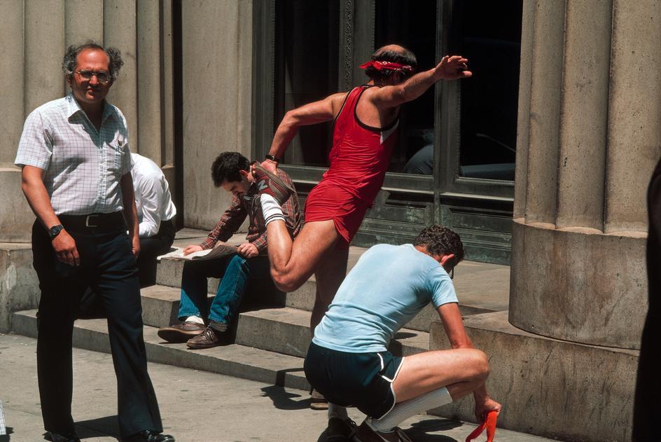 Мужчины занимающиеся бегом в районе Уолл-стрит