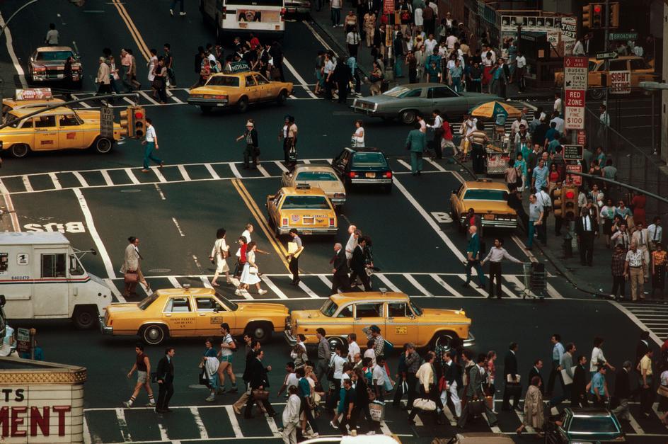 Машины и пешеходы на Таймс-сквер