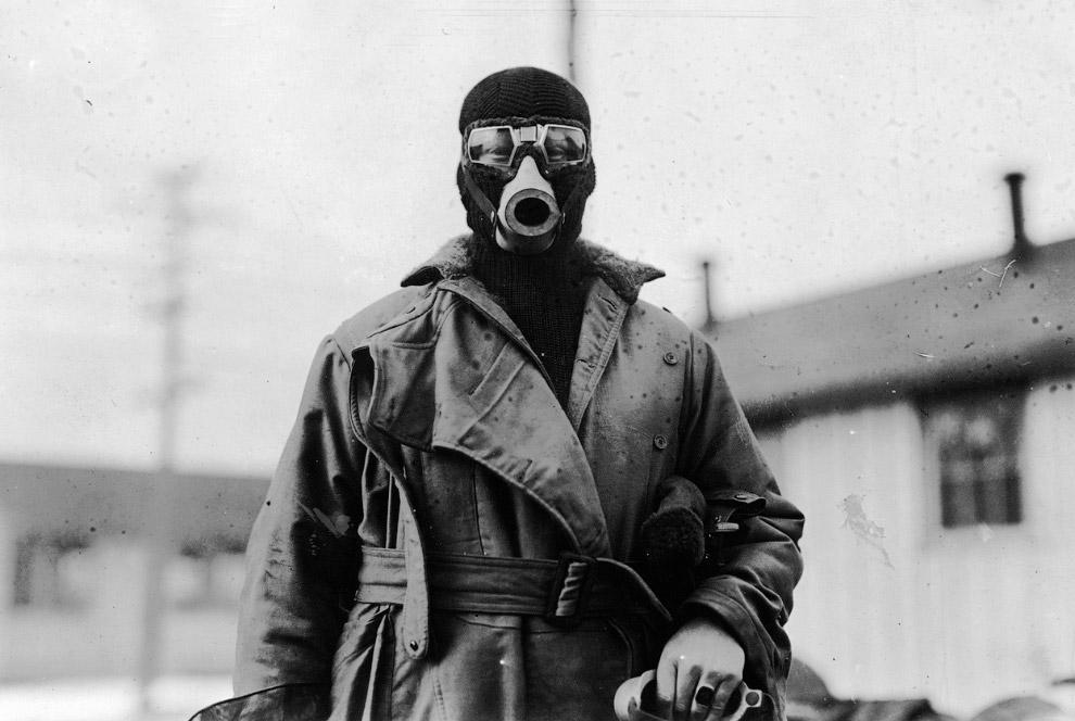 Пилот в маске для полетов