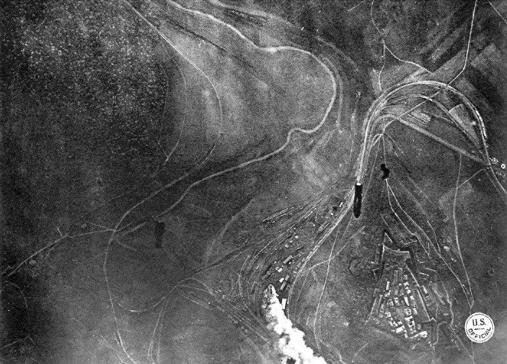 Американский бомбардировщик скидывает бомбы